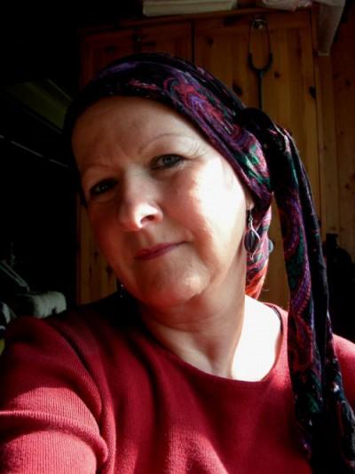 Tücher, Mützen,Perücken kaschieren den wegen Haarausfalls durch Chemo kahlen Kopf .